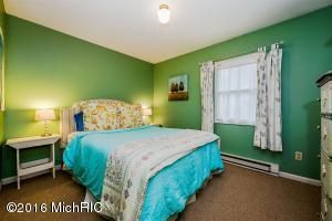Cottage bedroom 1 (photo 4)