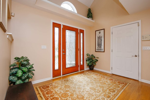 Entryway (photo 2)