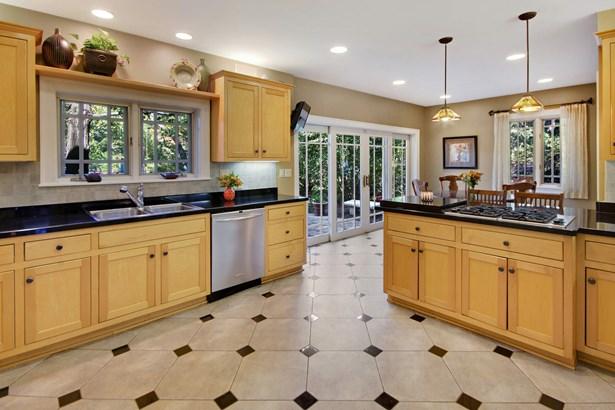 Beautiful Sunlit Kitchen (photo 3)