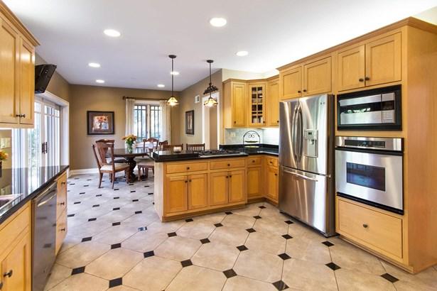 Kitchen w/ Granite, SS Appliances & Butler Pantry (photo 4)