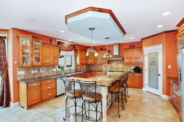 BEAUTIFUL OVERSIZED KITCHEN WITH WALK IN PANTRY (photo 4)
