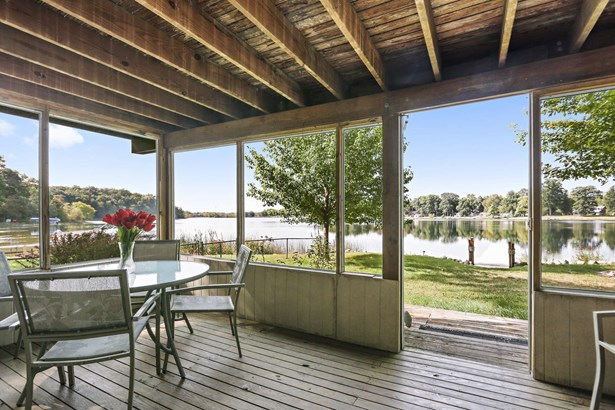 Lake views from nearly every room! (photo 1)