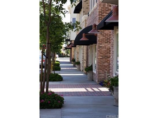 Condominium, Contemporary - Tustin, CA (photo 2)