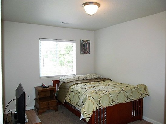Bedrooms (photo 4)