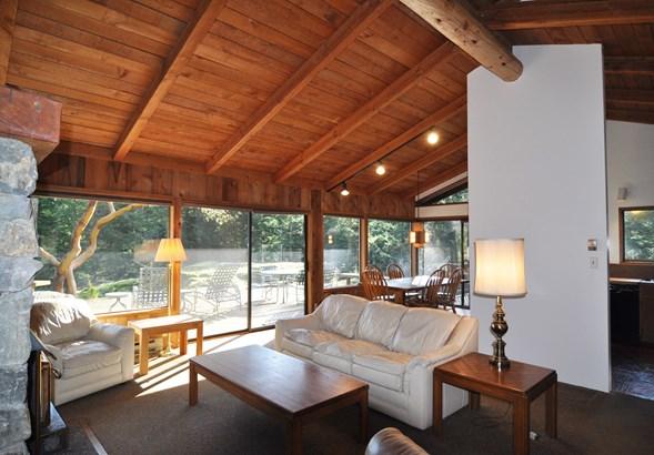 Living area (photo 2)