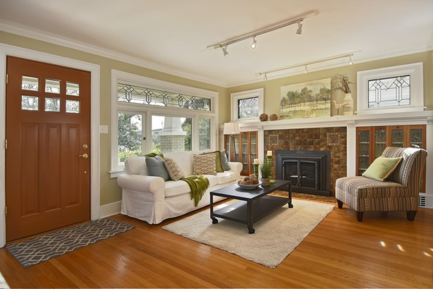 Living Room & Kitchen (photo 4)