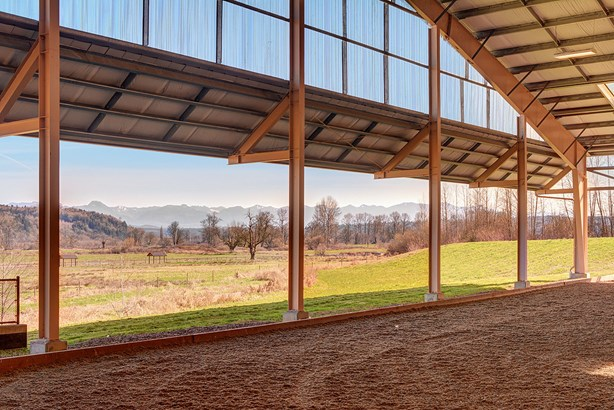 Indoor riding arena (photo 4)