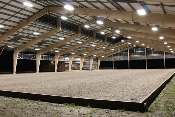 Indoor riding arena (photo 5)