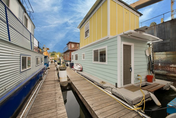 Queen Anne Houseboat (photo 4)