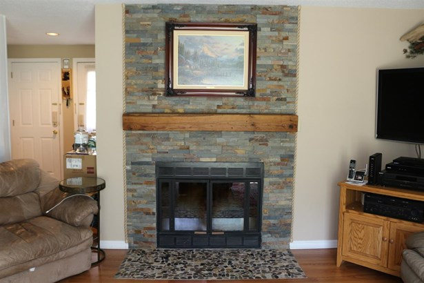 Townhouse, Condo - Londonderry, NH (photo 2)