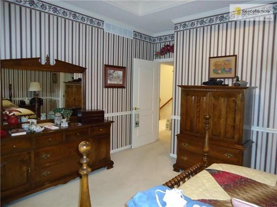 Master bedroom large enough for big furniture (photo 5)