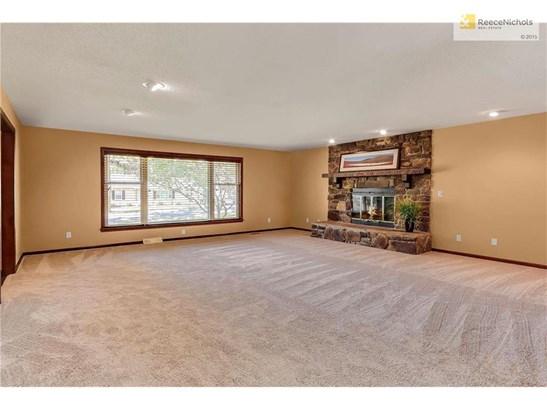Large living room w/new carpet (photo 3)