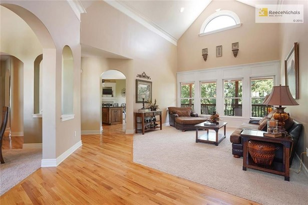 Dramatic vaulted ceilings, hardwood entry (photo 4)
