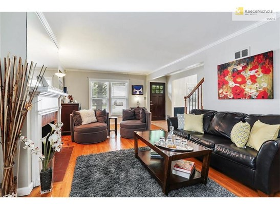 Living Room w/ pristine hardwoods (photo 2)