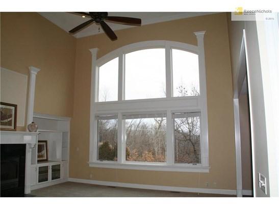 Large beautiful windows provide plenty of light into the great room. (photo 4)