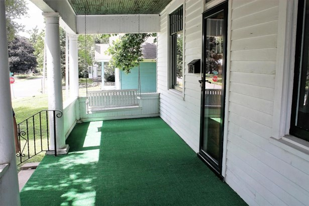 Nice front porch (photo 2)
