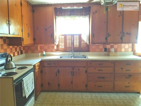 Kitchen has lots of cabinets (photo 5)