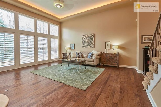 Spacious, Light & Bright Describe This Beautiful Room (photo 4)