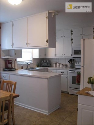 Kitchen with freshly-painted cabinets! (photo 4)