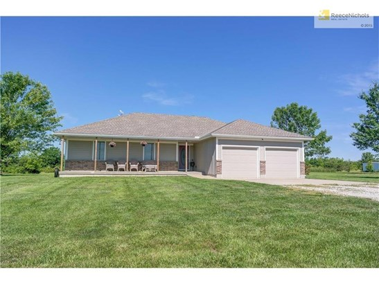 Beautiful Ranch with two car garage. (photo 1)