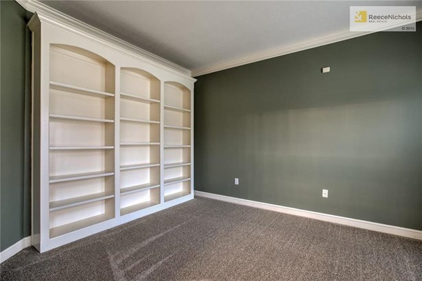 Private office with built-ins (photo 4)