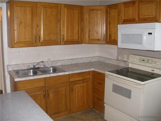 Kitchen - Oak cabinets (photo 5)