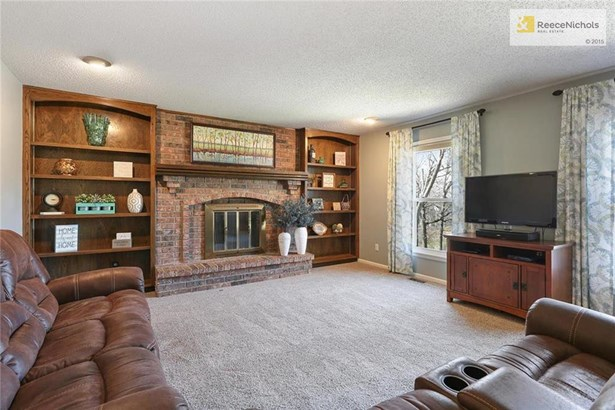 Family room with built-ins (photo 5)