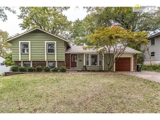 Charming curb appeal on this Merriam