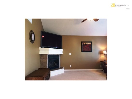 Gas fireplace, vaulted ceiling, ceiling fan (photo 5)