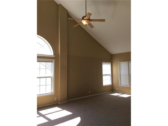 Living/dining room with cathedral ceilings. (photo 5)