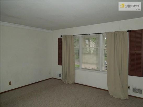Nice sized living room. (photo 2)