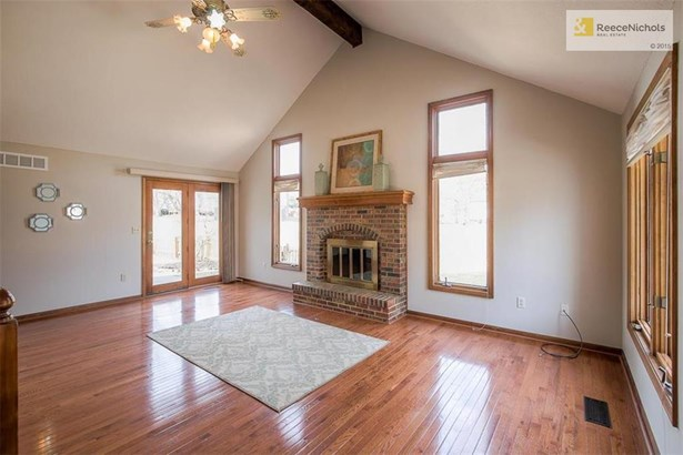 Vaulted ceiling in Great Room! (photo 2)