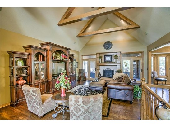 Great Room w/ vaulted ceilings (photo 3)