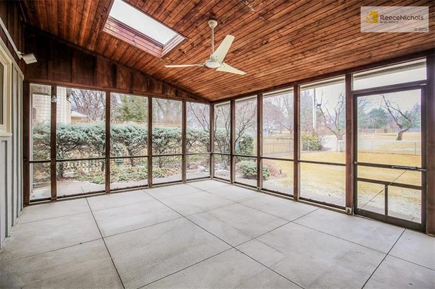 Beautiful screened in porch with skylight and ceiling fan. (photo 4)