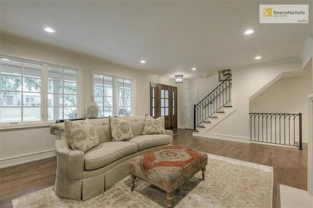 Beautiful main floor master suite (photo 5)