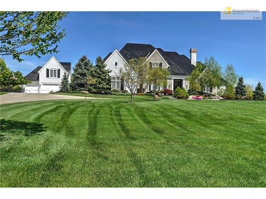 Sits perfectly in the center of 5 acres (photo 1)