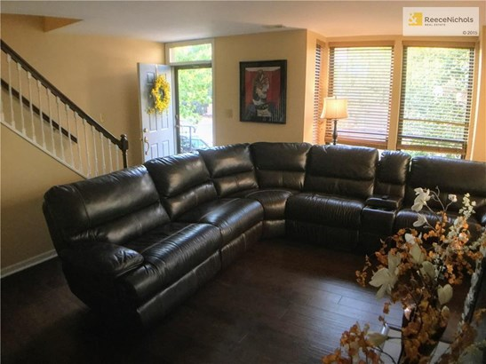 Spacious living room! (photo 2)