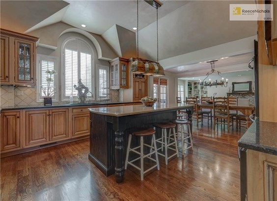 Spacious Chef's kitchen with ample space for entertaining. (photo 3)