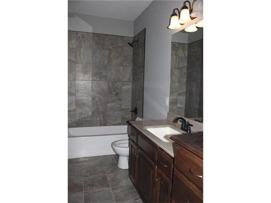 Hall Bath on Main Floor (photo 4)