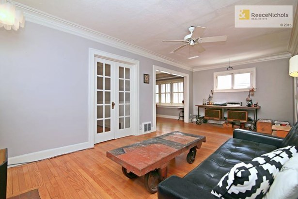 Good size living room with a floor plan that is easy to work with. (photo 4)
