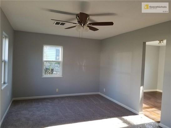 Large light & bright Living Room. 12X17 (photo 4)