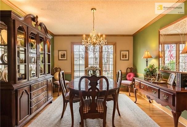 Spacious dining room (photo 3)