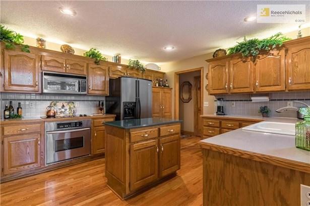 Spacious kitchen with island. (photo 5)