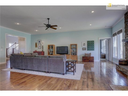 Fabulous hardwood floors in great room is perfect for entertaining. (photo 4)