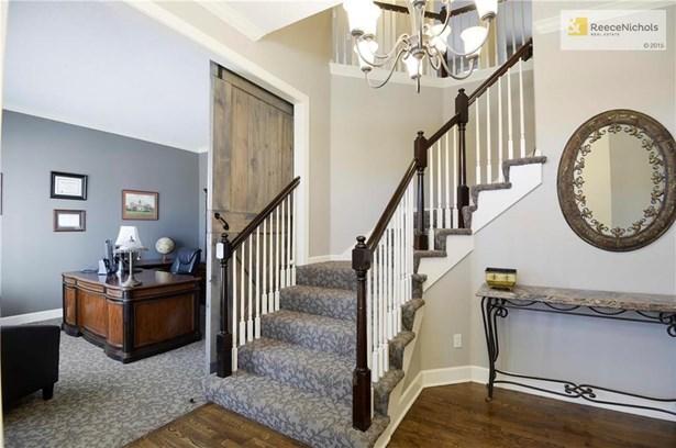 Stunning entry w/ gleaming hardwood floors (photo 2)