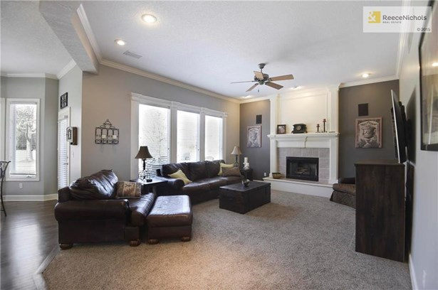 Open & spacious with lots of bright light (photo 3)