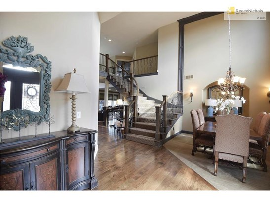 Crown molding, woodwork, & tasteful finishings throughout (photo 2)