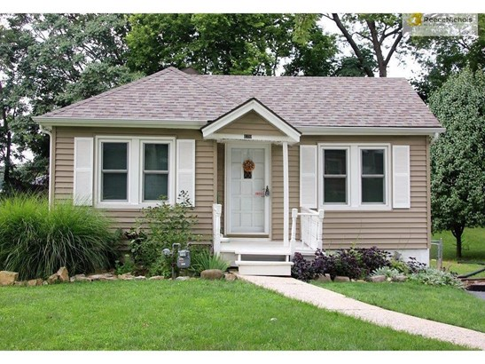 Charming 2 bedroom bungalow style home (photo 1)