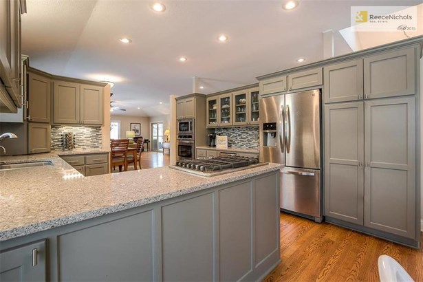 GREY CABINETRY AND BEAUTIFUL QUARTZ COUNTERS (photo 5)