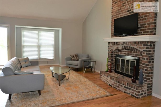 Main living room with gas fireplace (photo 4)